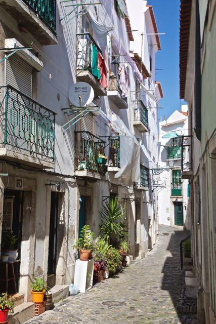 Alfama's narrow streets - Photo by Ingmar Sörgens