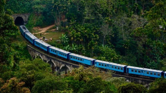 trains in sri lanka blue train nine arch bridge in Ella